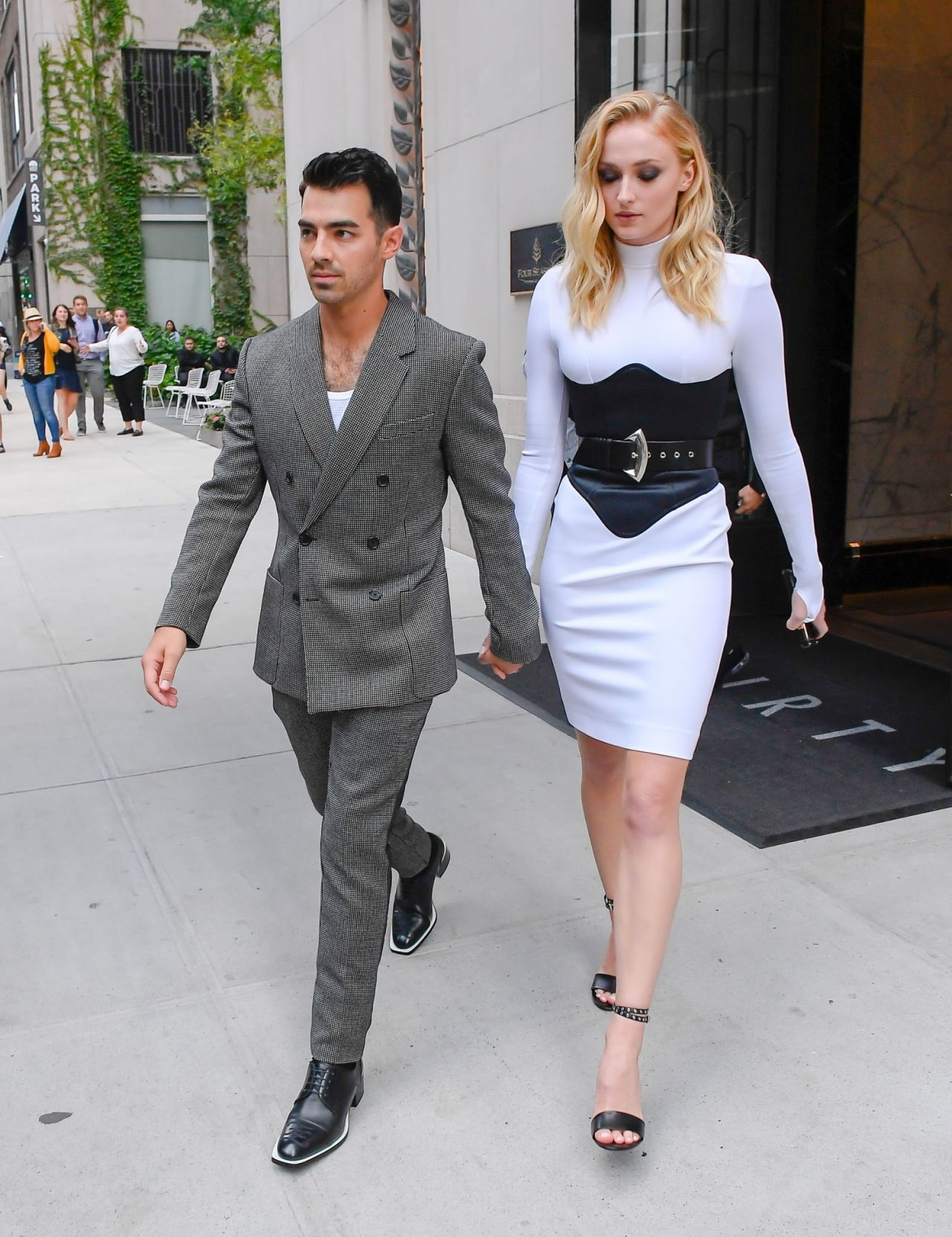 sophie-turner-&-joe-jonas-–-in-soho-on-their-way-to-the-vmas