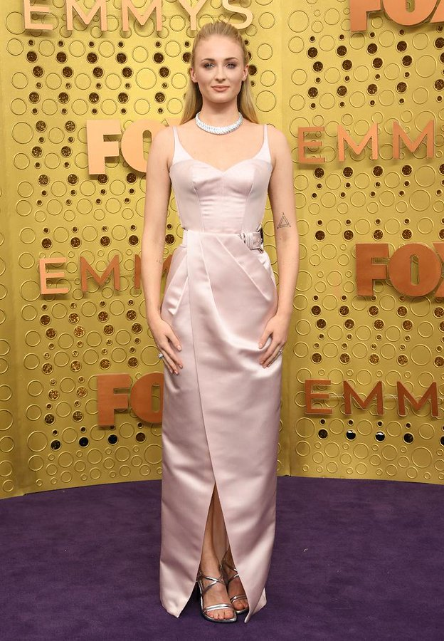 sophie-turner-in-louis-vuitton-@-2019-emmy-awards