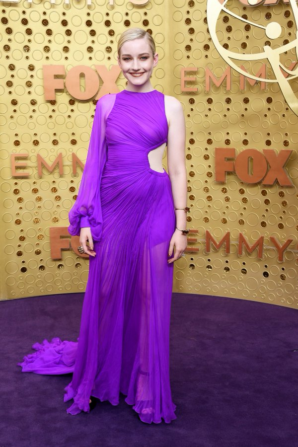 julia-garner-in-cong-tri-@-2019-emmy-awards