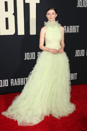 thomasin-mckenzie-in-jason-wu-the-jojo-rabbit-la-premiere