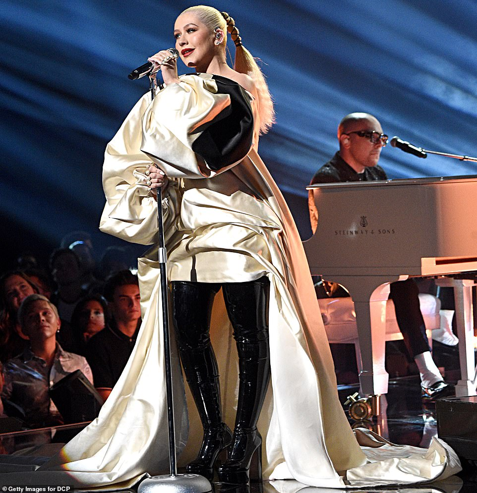 christina-aguilera-in-stephane-rolland-2019-american-music-awards
