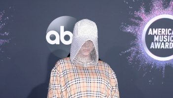 billie-eilish-in-burberry-2019-american-music-awards