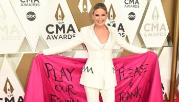 jennifer-nettles-in-christian-siriano-2019-cma-awards