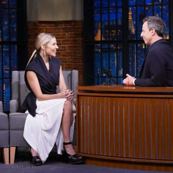 sienna-miller-in-jw-anderson-late-night-with-seth-meyers