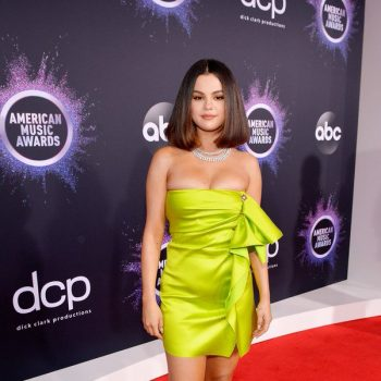 selena-gomez-in-versace-2019-american-music-awards