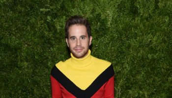 ben-platt-in-victor-glemaud-sweater-2019-cfda-and-vogue-fashion-fund-awards