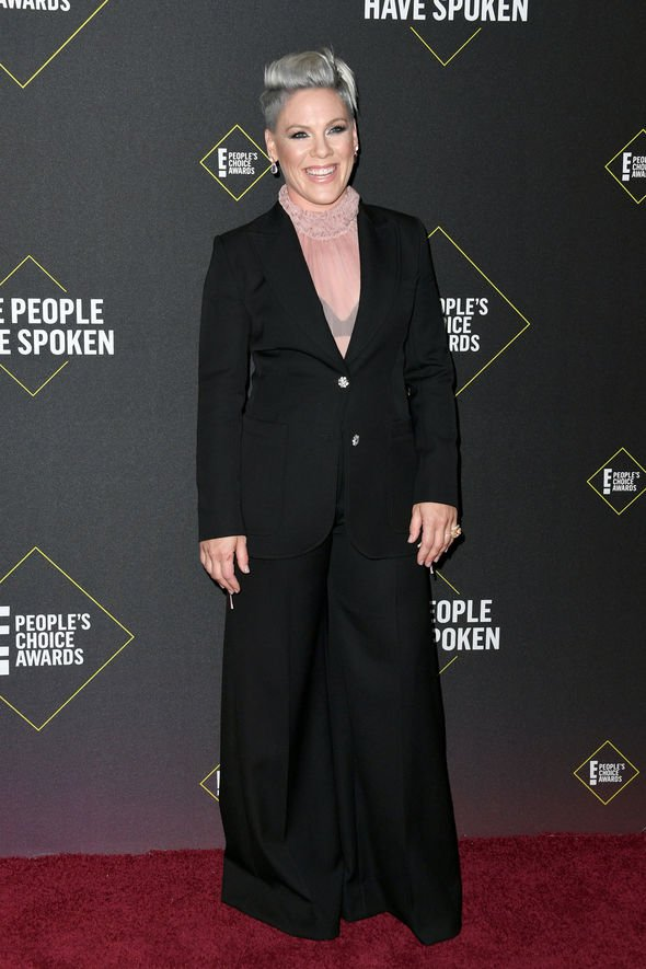 pink-in-giorgio-armani-2019-peoples-choice-awards