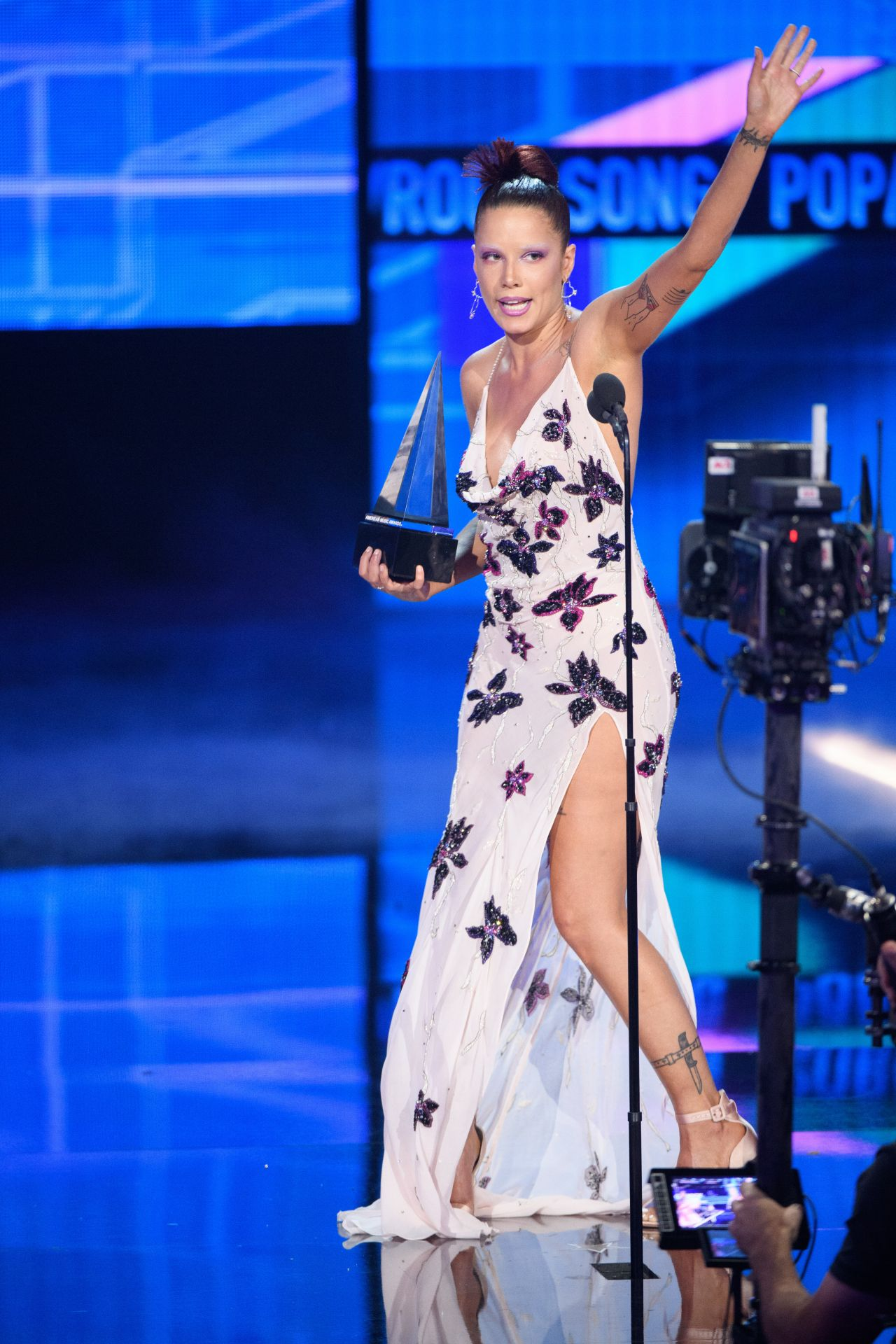 halsey-in-redemption-dress-for-acceptance-speech-2019-amas