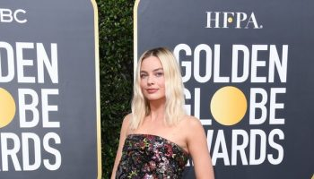 margot-robbie-in-chanel-2020-golden-globe-awards