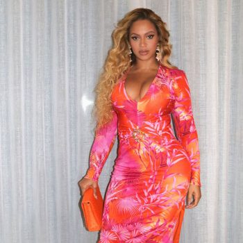 beyonce-knowles-in-versace-dress-in-miami-florida