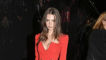 emily-ratajkowski-front-row-versace-fall-winter-2020-2021-show-in-milan