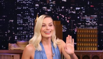 margot-robbie-in-oscar-de-la-renta-tonight-show-with-jimmy-fallon