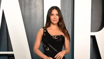 olivia-munn-in-atelier-versace-2020-vanity-fair-oscar-party