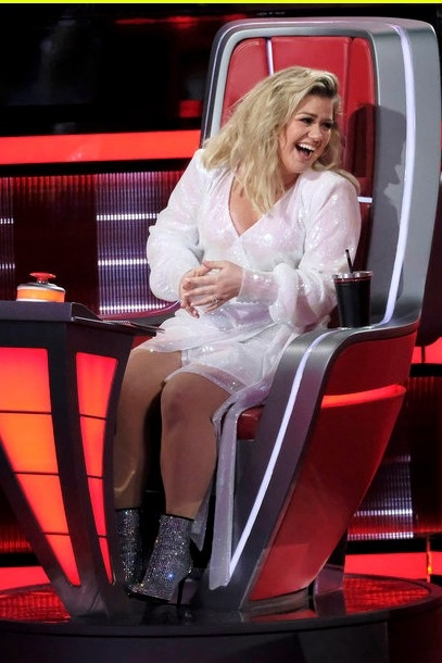 kelly-clarkson-in-andamane-dress-the-voice