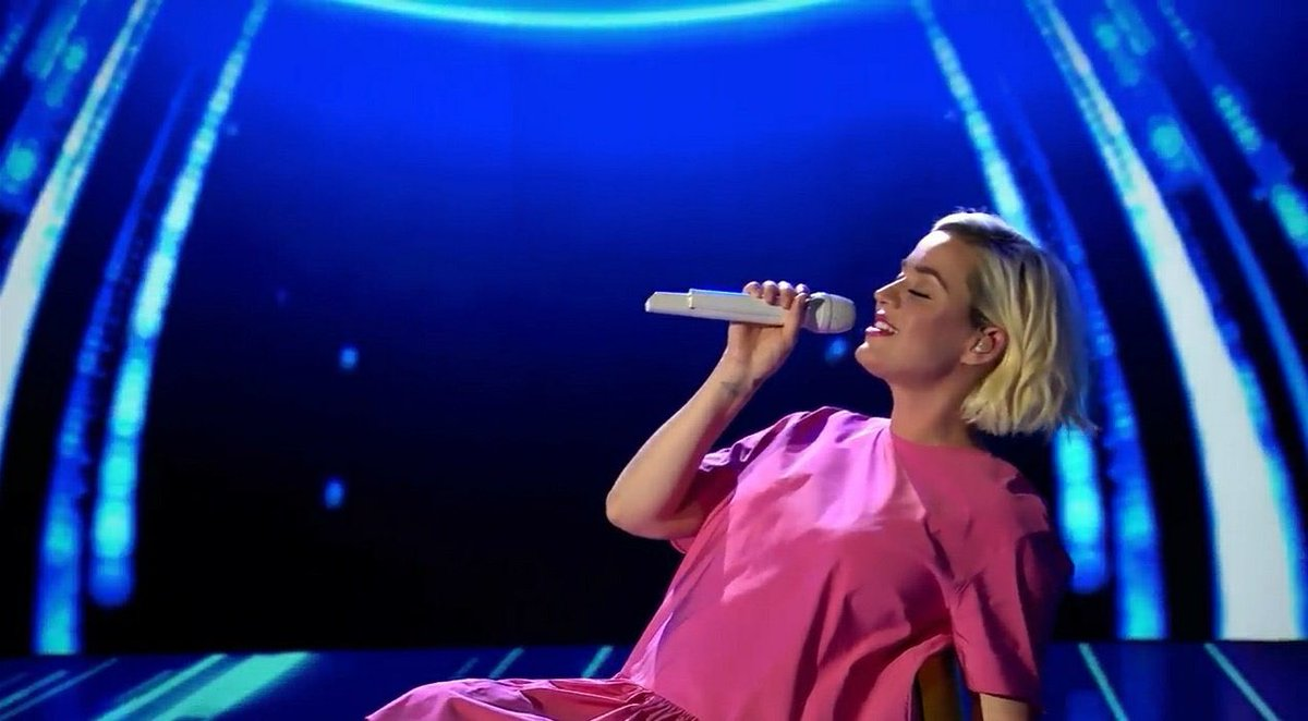 katy-perry-first-tv-performance-of-daisies-on-the-american-idol-finale
