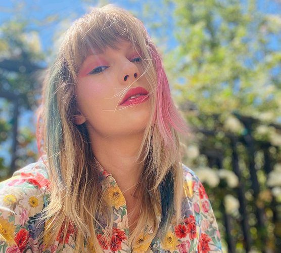 taylor-swift-rocks-pink-blue-highlights-instagram-pic-may-17-2020