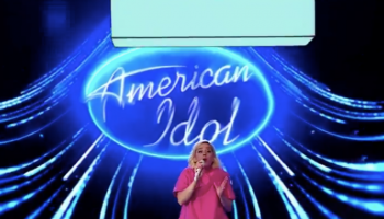 katy-perry-shows-her-baby-bump-during-american-idol-finale-performance