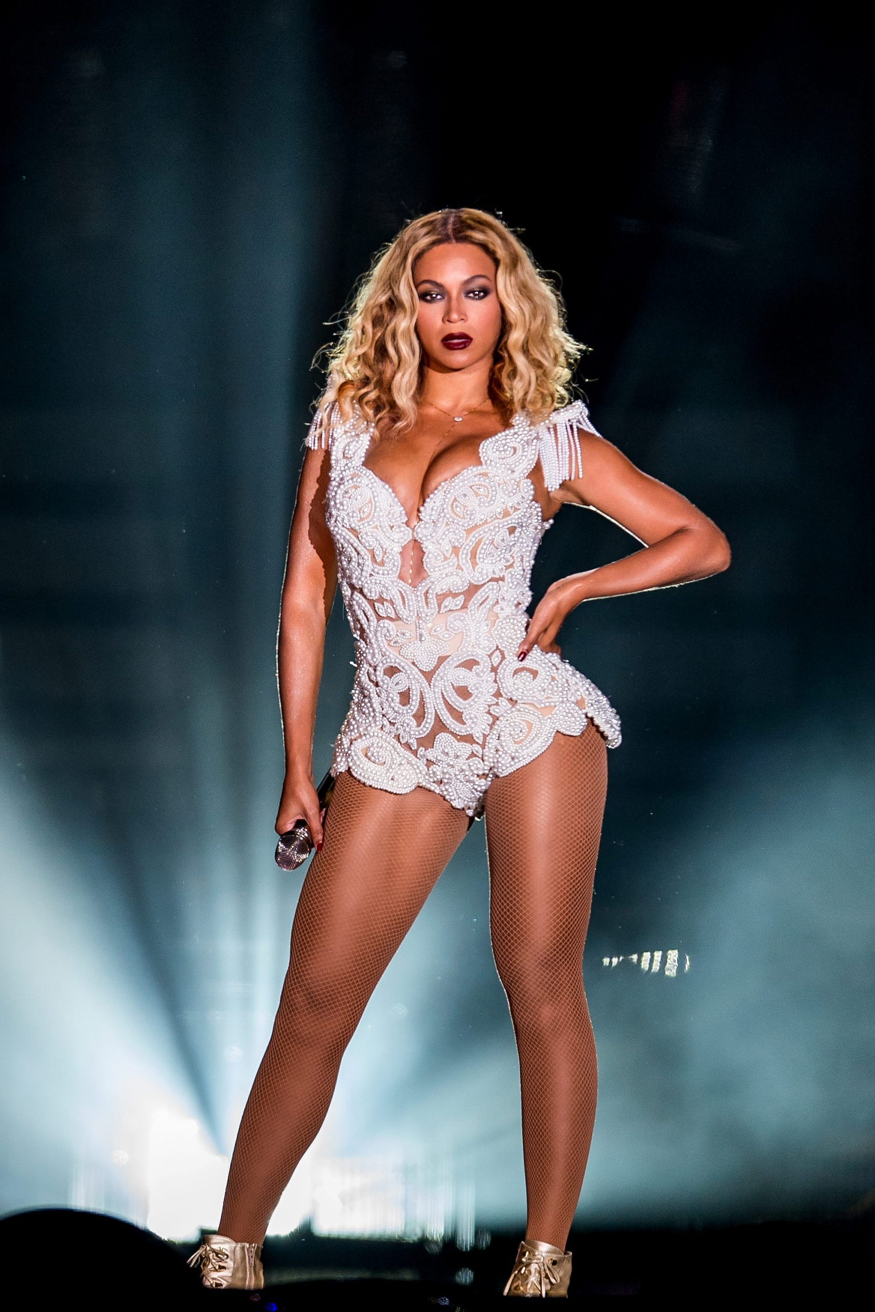 beyonce-is-the-2nd-singer-to-reach-no-1-in-each-of-the-past-4-decades