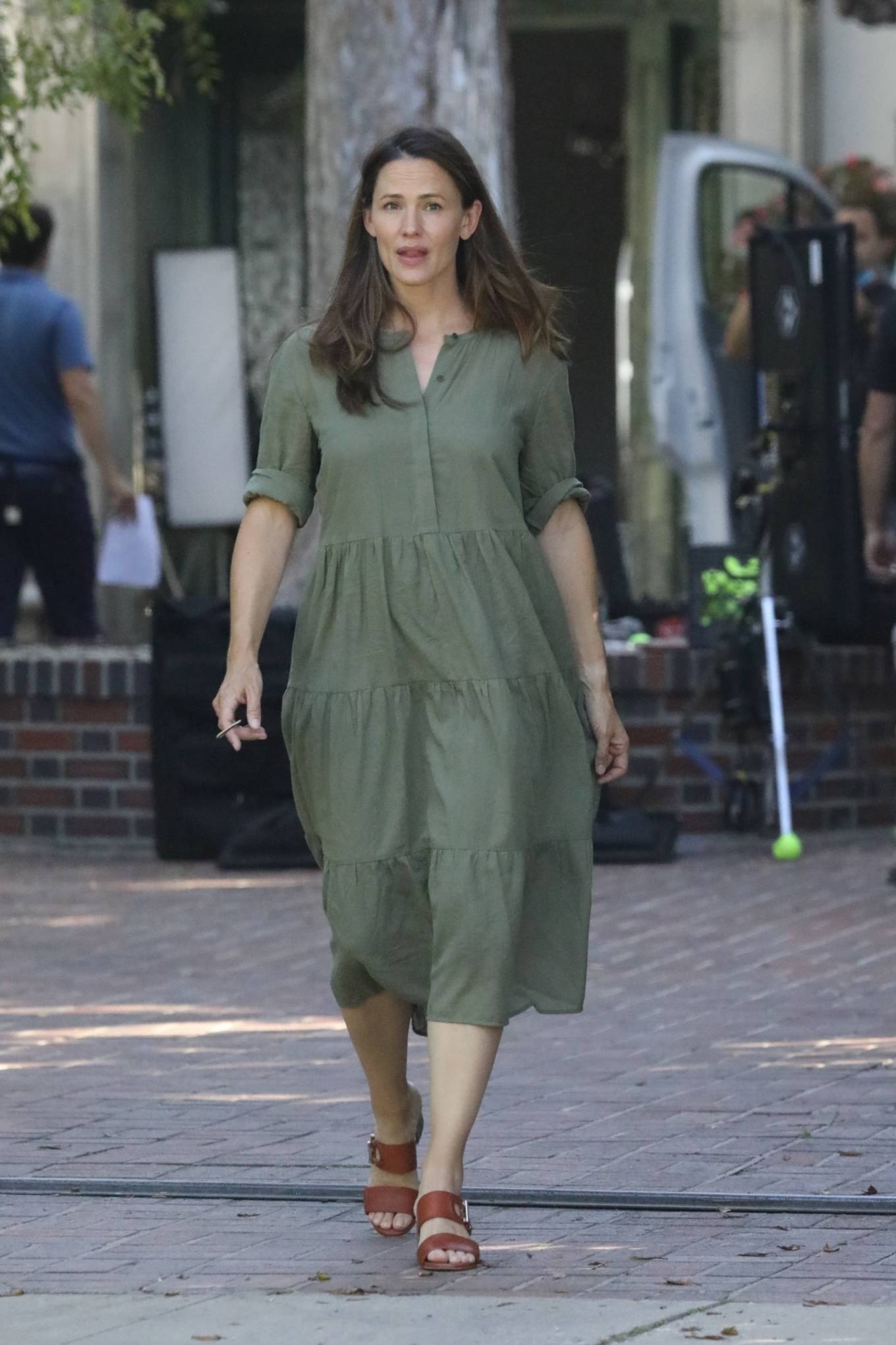 jennifer-garner-in-olive-green-dress-while-filming-in-pacific-palisades