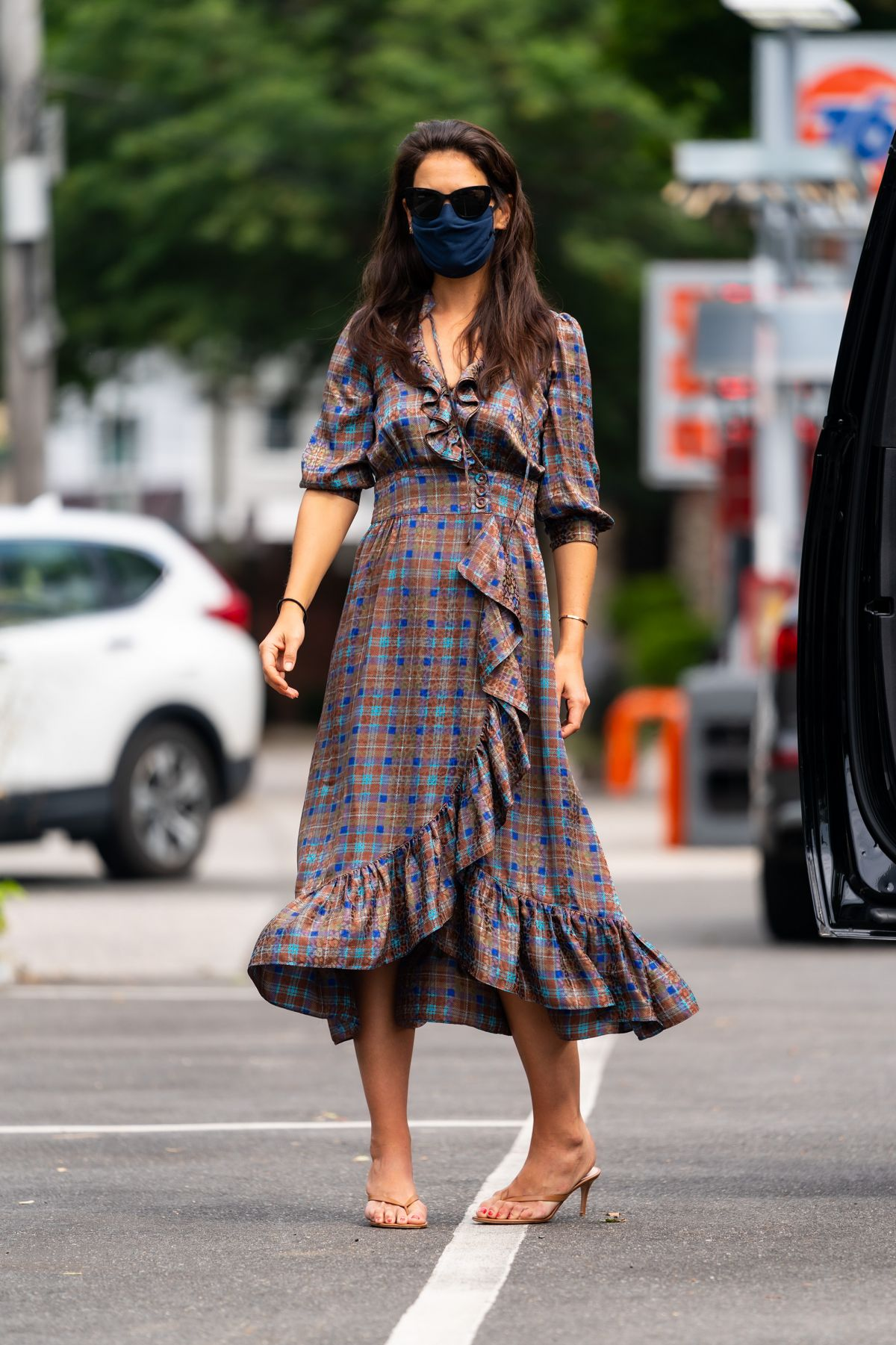 katie-holmes-in-printed-dress-out-in-new-york-city-august-23-2020