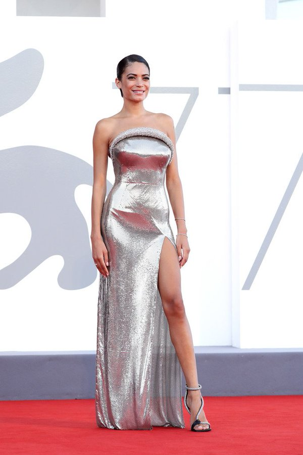elodie-in-versace-2020-venice-film-festival-opening-ceremony-screening-of-lacci