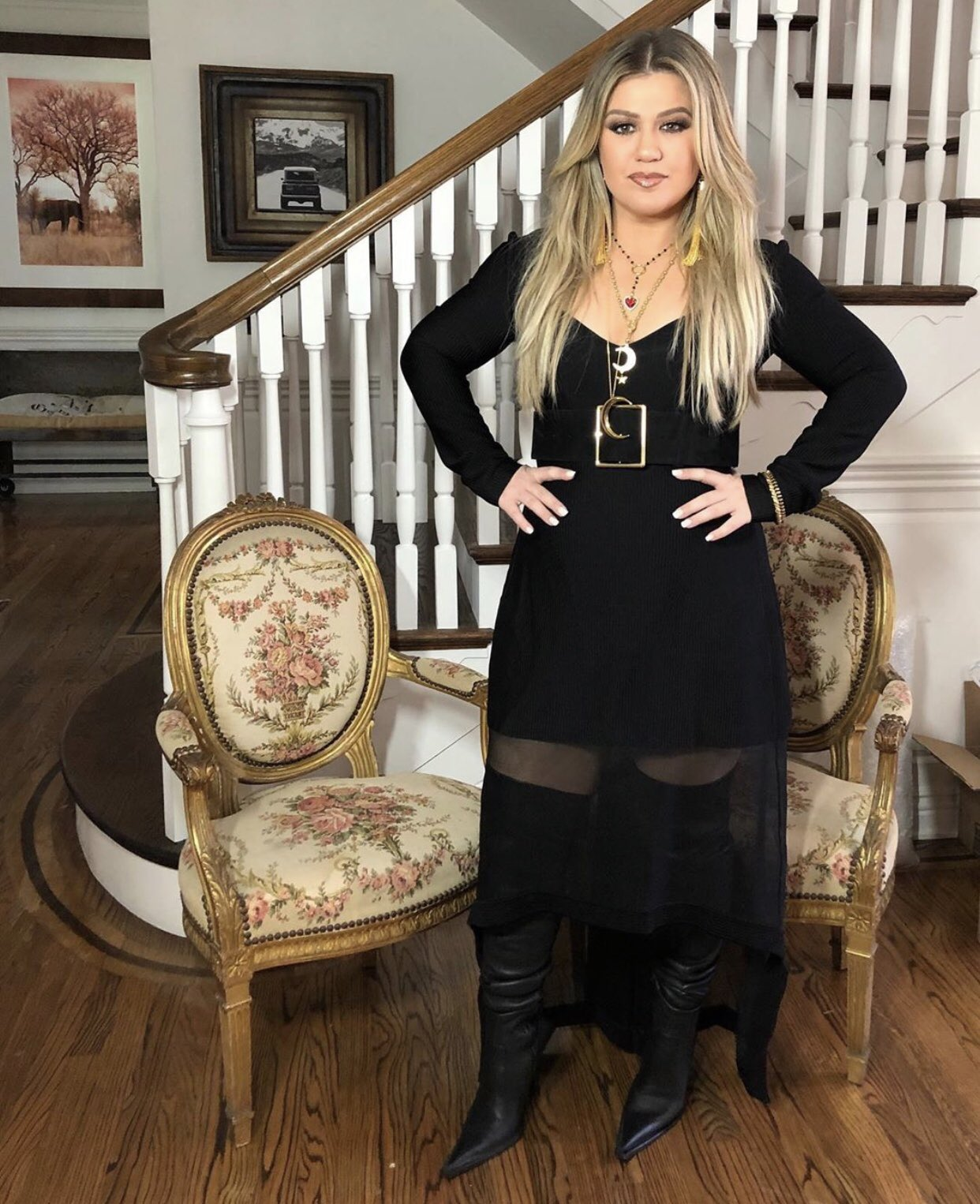 kelly-clarkson-in-black-belted-dress-2020-mtv-video-music-awards