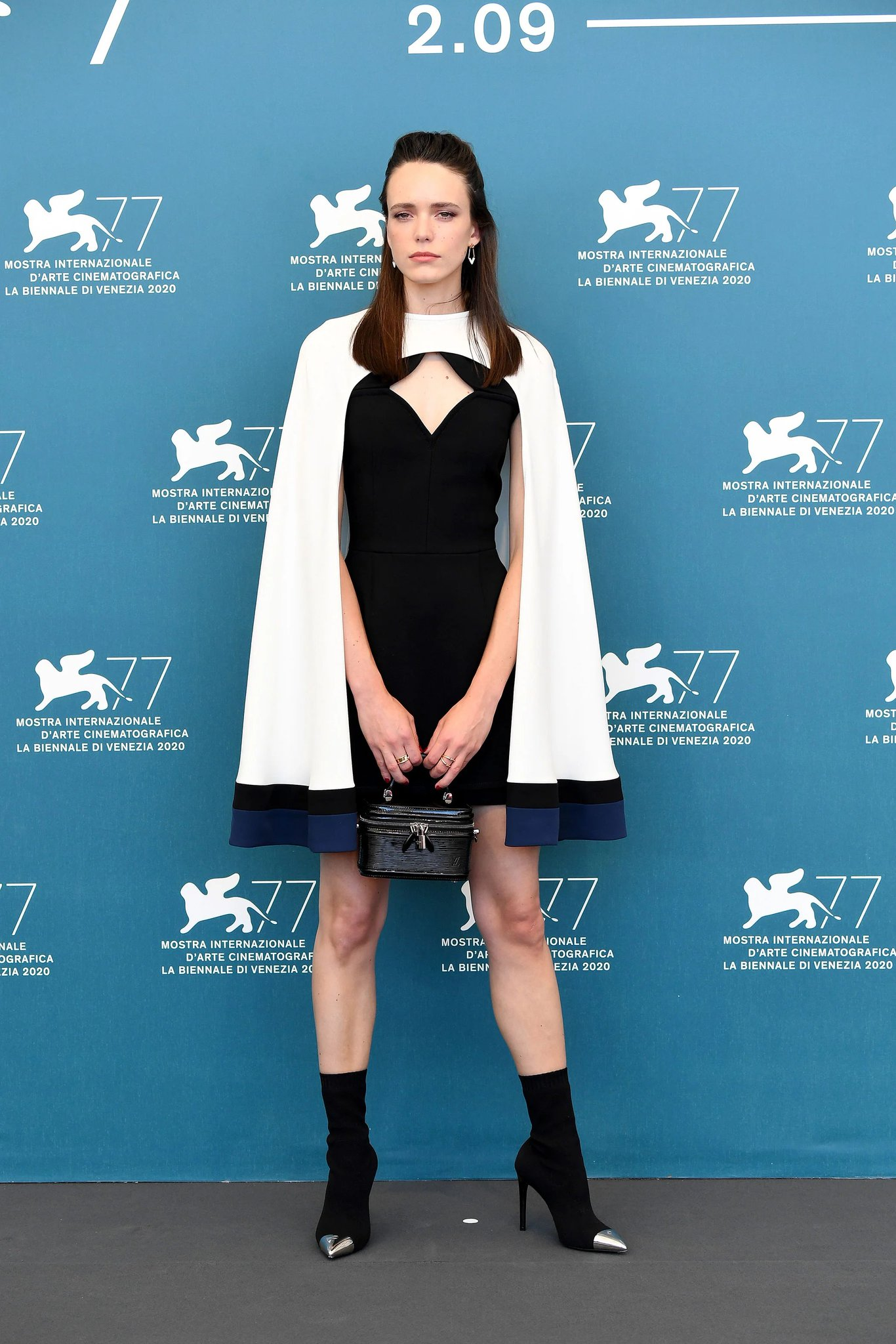 stacy-martin-in-louis-vuitton-amants-2020-venice-film-festival-photocall