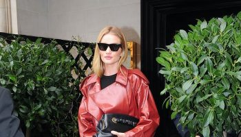 rosie-huntington-whiteley-in-bottega-veneta-mayfair-september-4-2020