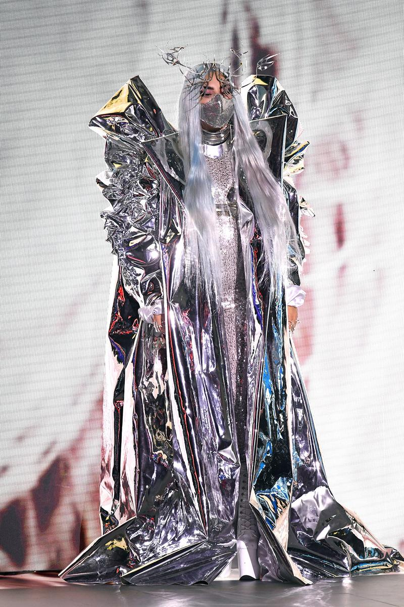 lady-gaga-in-valentino-couture-candice-cuoco-the-2020-mtv-video-music-awards