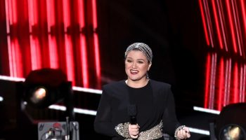 kelly-clarkson-in-alexander-mcqueen-the-2020-billboard-music-awards