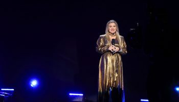 kelly-clarkson-in-retrofete-hosting-the-2020-billboard-music-awards