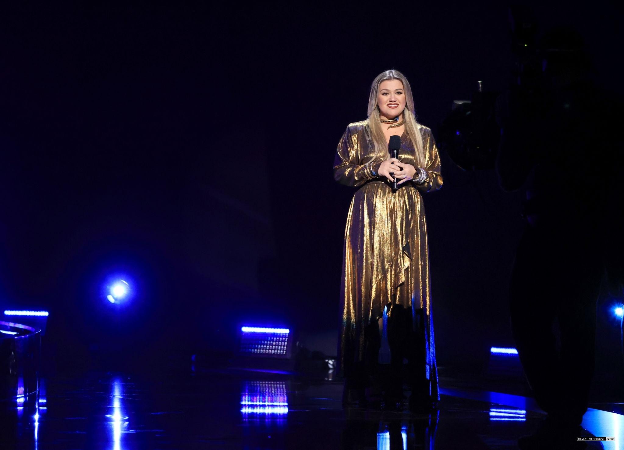 kelly-clarkson-in-retrofete-hosting-the-2020-billboard-music-awards