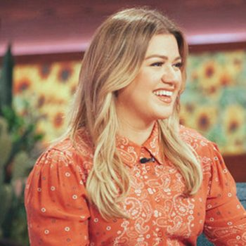 kelly-clarkson-in-tularosa-ashling-dress-the-kelly-clarkson-show