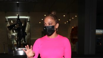 jennifer-lopez-wears-evolvetogether-mask-in-la