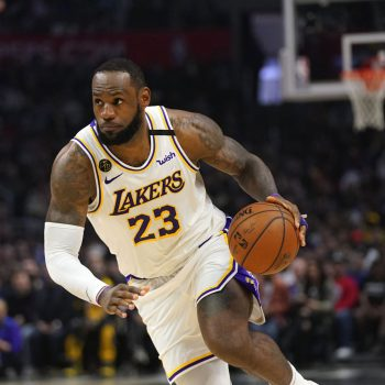lebron-james-recruits-10000-poll-volunteers-to-help-in-black-districts