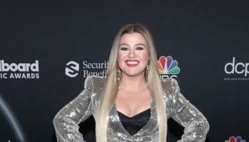kelly-clarkson-in-balmain-hosting-the-2020-billboard-music-awards