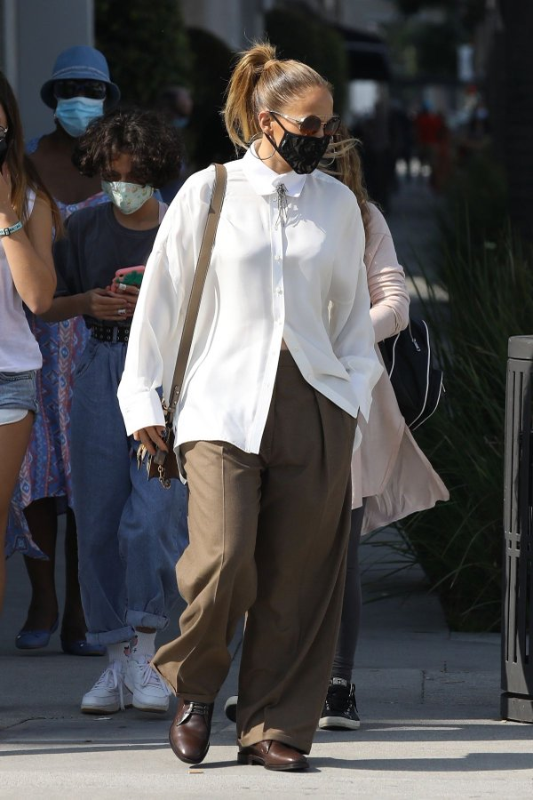 jennifer-lopez-in-brunello-cucinelli-shopping-on-rodeo-drive-with-her-kids
