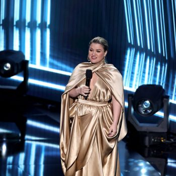 kelly-clarkson-in-balmain-hosting-the-2020-billboard-music-awards-3