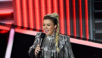 kelly-clarkson-in-balmain-hosting-the-2020-billboard-music-awards-2