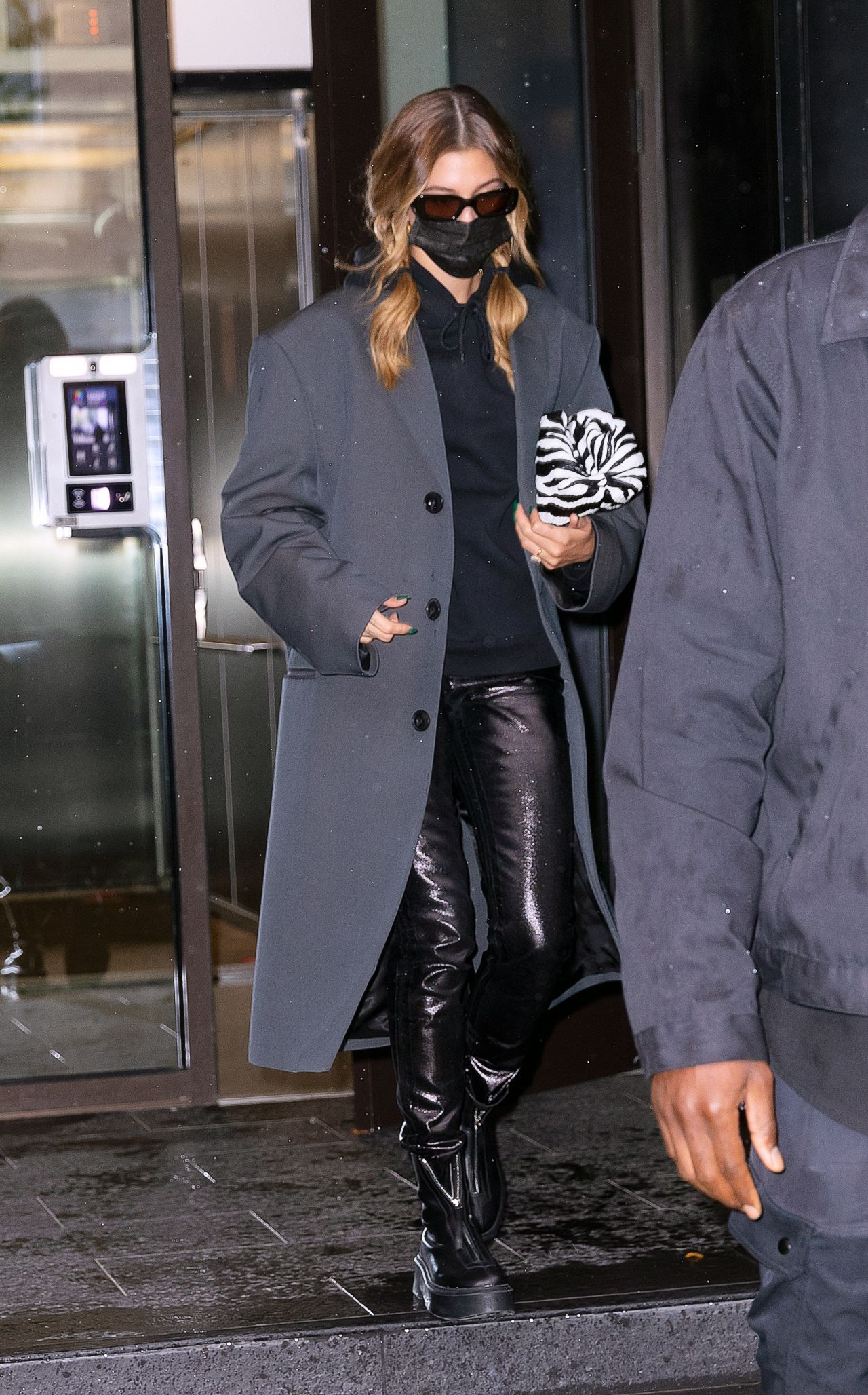 hailey-bieber-in-saint-laurent-skinny-jeans-outside-her-home-in-new-york-10-16-2020