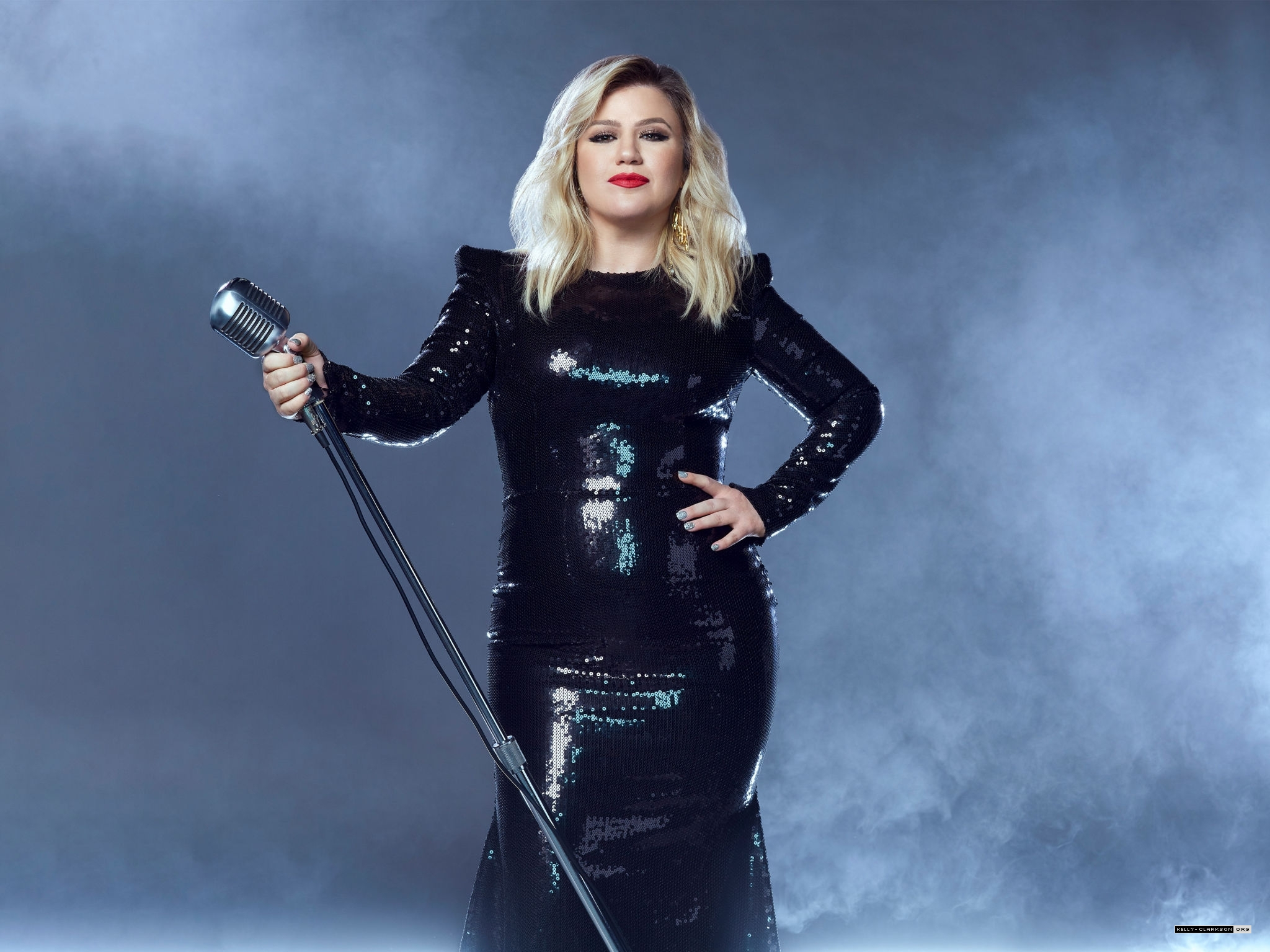 kelly-clarkson-in-black-dress-hosting-the-2020-billboard-music-awards