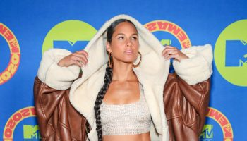 alicia-keys-wears-oversized-shearling-coat-the-2020-mtv-emas