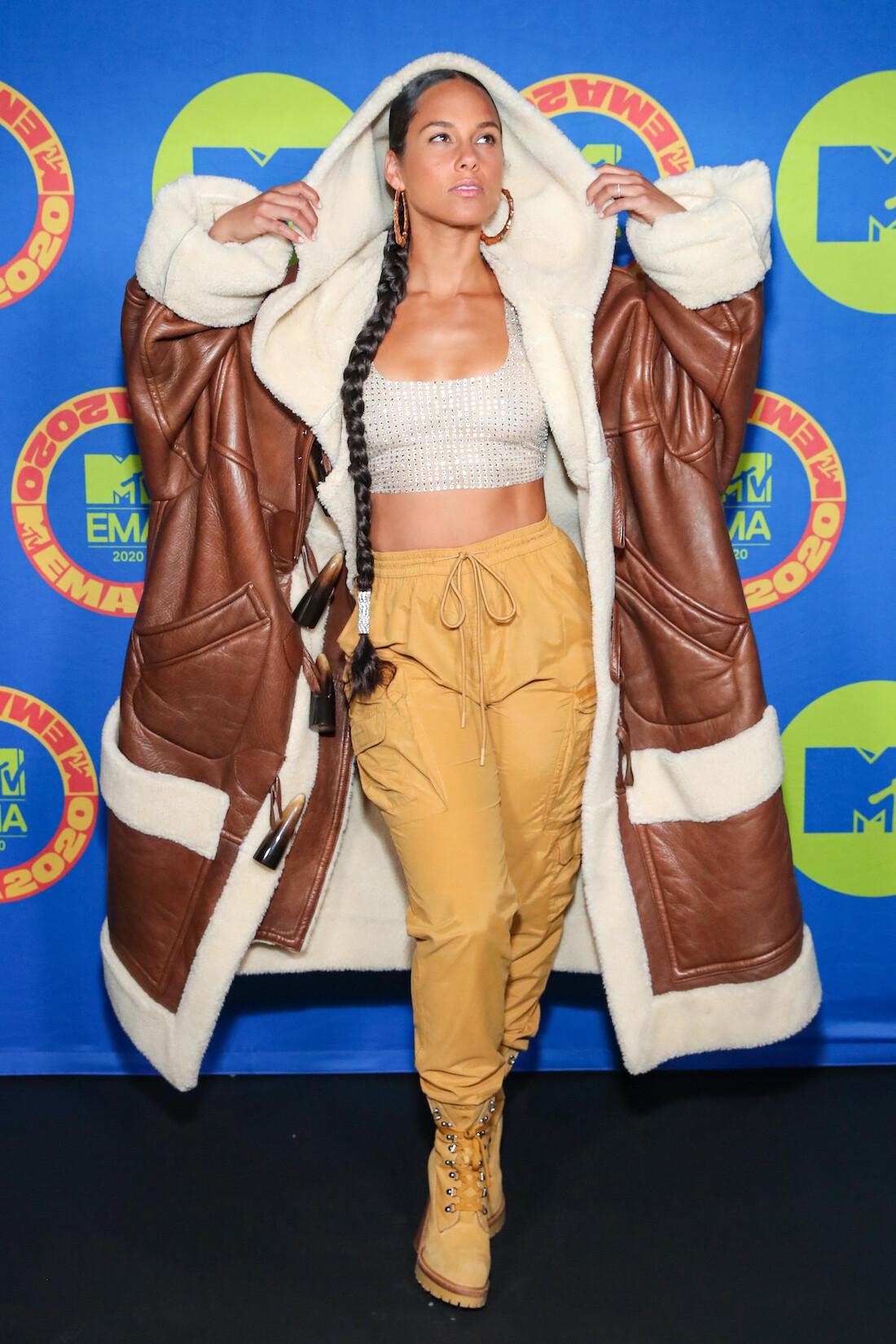 alicia-keys-wears-oversized-shearling-coat-the-2020-mtv-emas