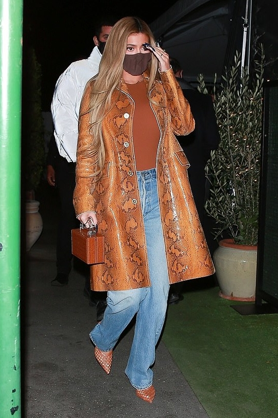 kylie-jenner-in-snakeskin-jacket-out-for-dinner-with-friends-in-santa-monica