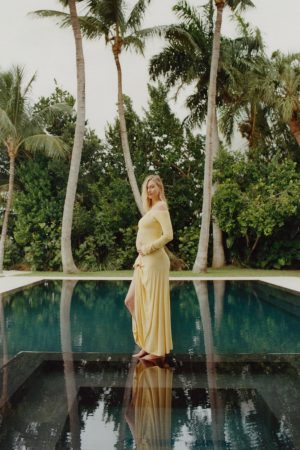 karlie-kloss-announces-her-pregnancy-wearing-jacquemus