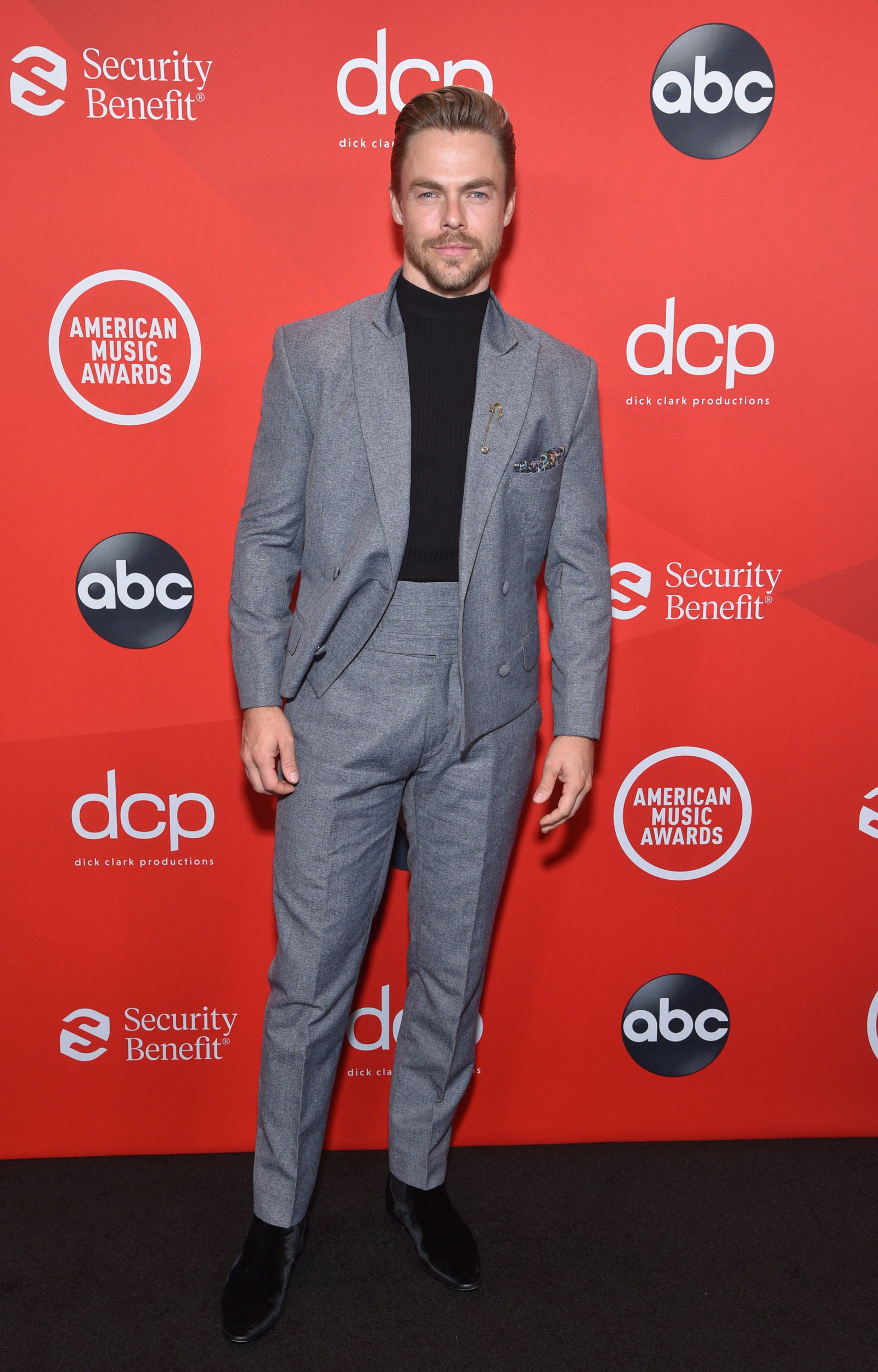 derek-hough-in-grayscale-suit-to-the-2020-american-music-awards