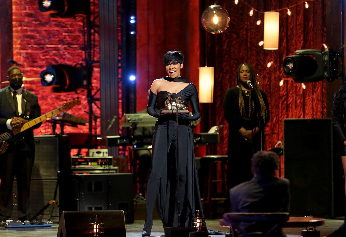 monica-receives-her-lady-of-soul-soul-train-awards-2020-wearing-balenciaga