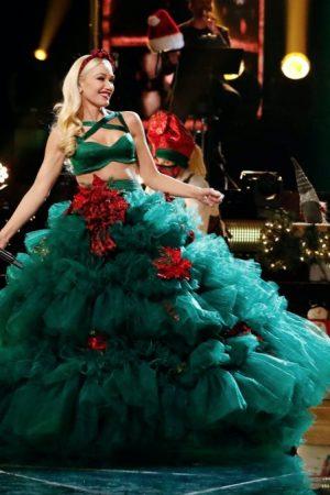 gwen-stefani-wore-christian-siriano-you-make-it-feel-like-christmas-voice-finale-performance