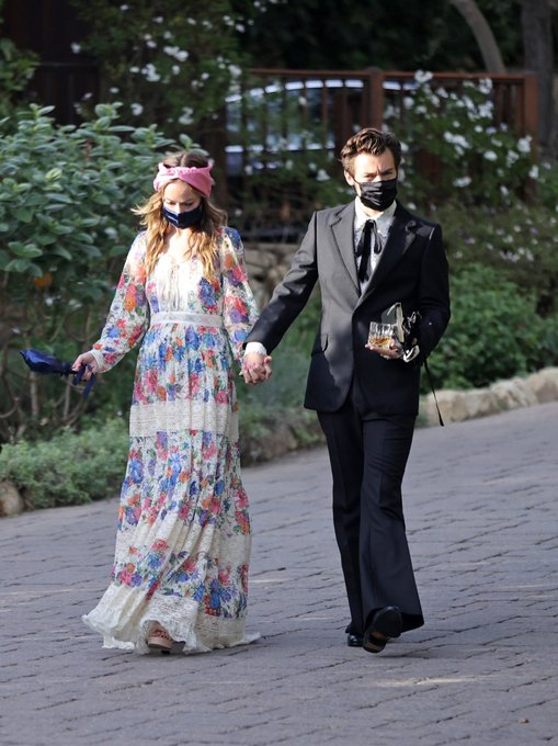 olivia-wilde-wore-gucci-dress-while-holding-hands-with-harry-styles