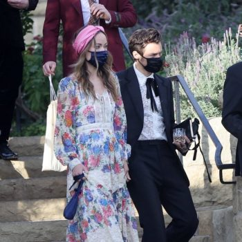 olivia-wilde-harry-styles-wear-masks-by-the-vampires-wifewhile-holding-hands